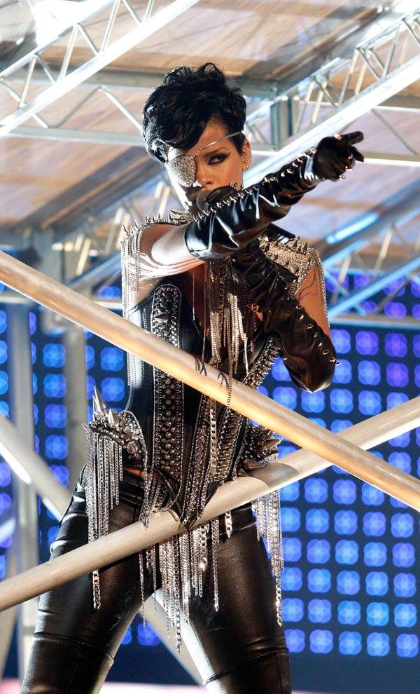 Rihanna performs Rehab